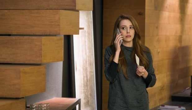 Промо 66 серии Любовь напрокат где Дефне с телефоном