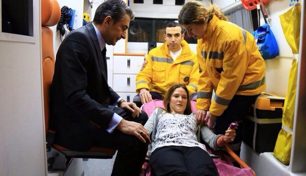 Фото из 20 серии сериала Вдребезги где герои в машине скорой помощи
