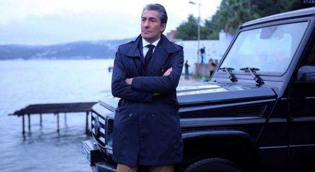 Фото главного героя сериала Вдребезги из 39 серии возле гелендвагена