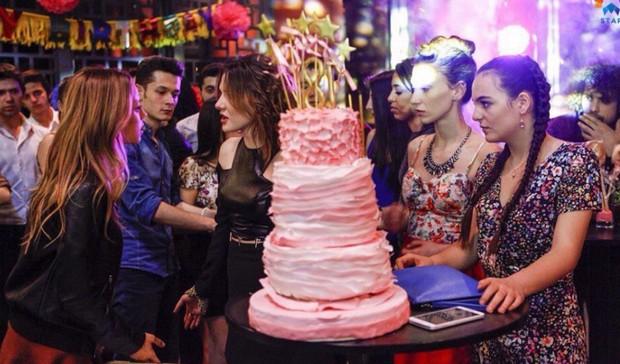 Фото с тортом из 59 серии сериала Вдребезги