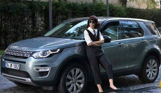 Фото Хюльи из 24 серии Песня жизни на фоне машины