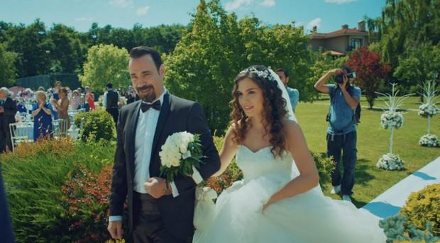 Фото со свадьбы в 1 серии сериала Улыбки хватит