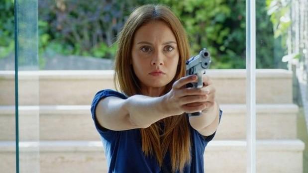 Фото девушки с пистолетом из 58 серии сериала Ни за что не откажусь