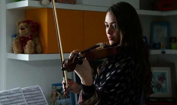 Фото героини со скрипкой из 9 серии Бодрумская сказка