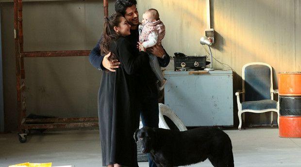 Фото Кемаля и Нихан с малышом в 60 серии Черная любовь